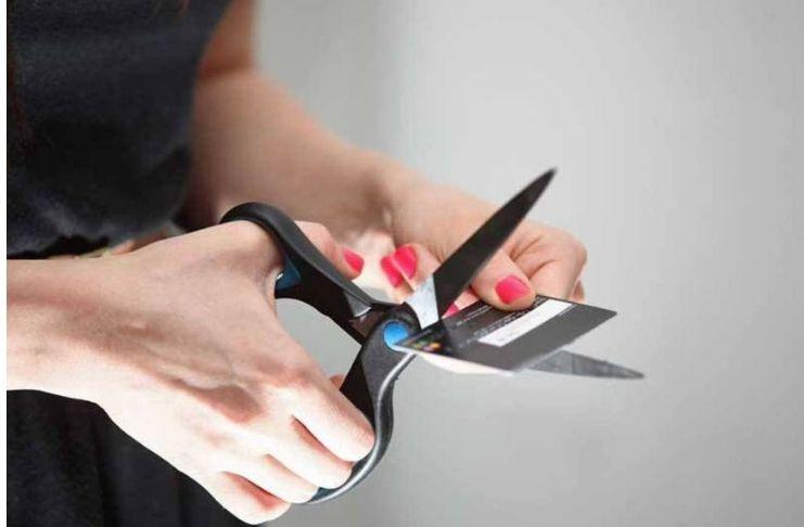 Cartão sendo cortado