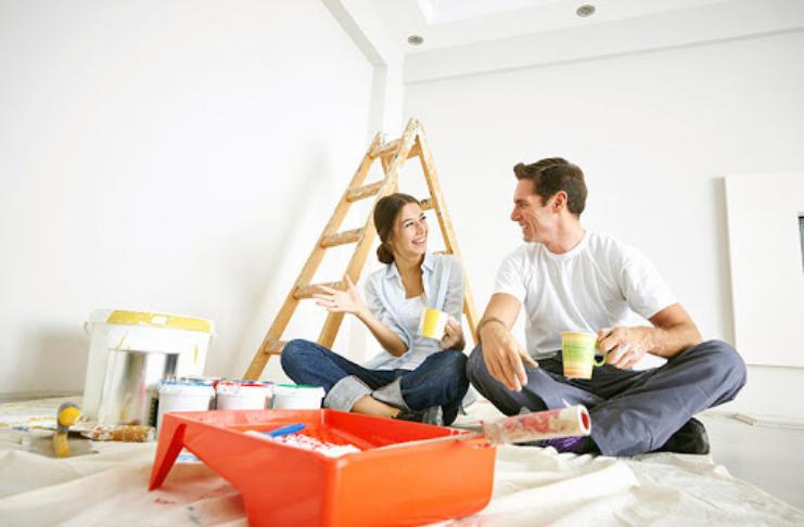 Casal reformando a casa