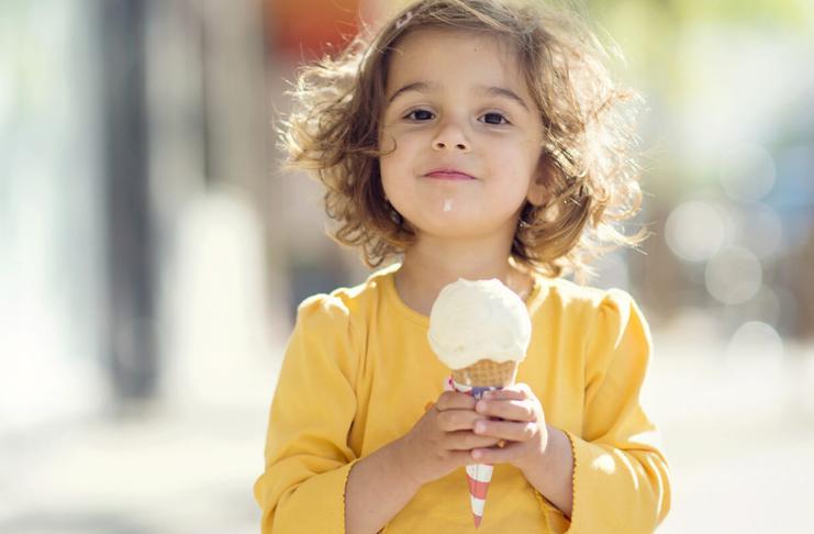 criança com sorvete