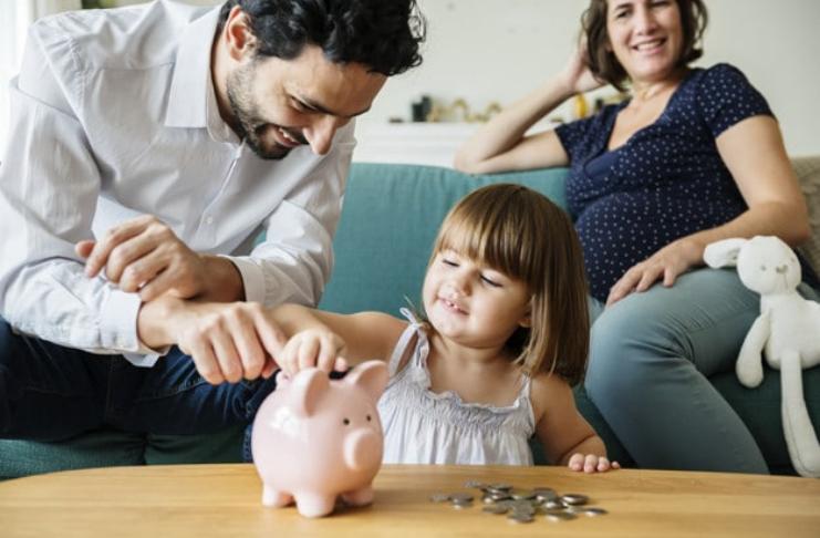pai ensinando filha filho sobre dinheiro
