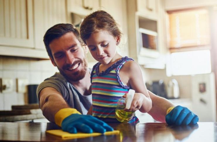 pai com filha ajudando a limpar