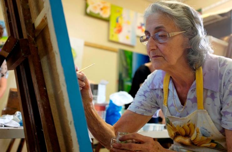 idosa pintando durante aposentadoria