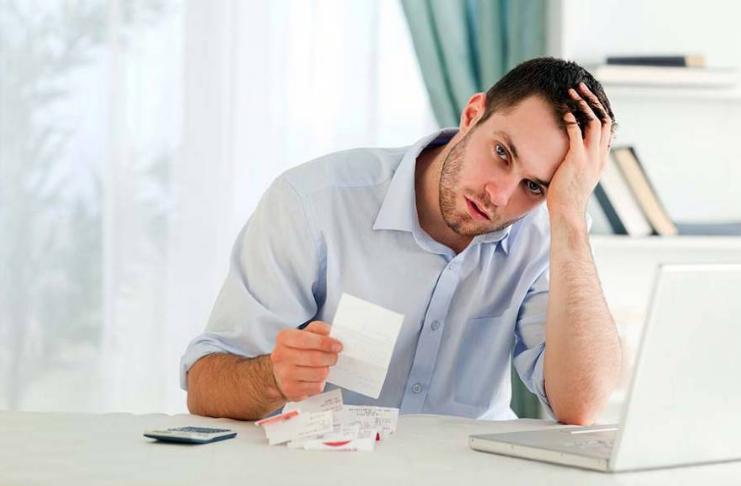 dívida homem preocupado