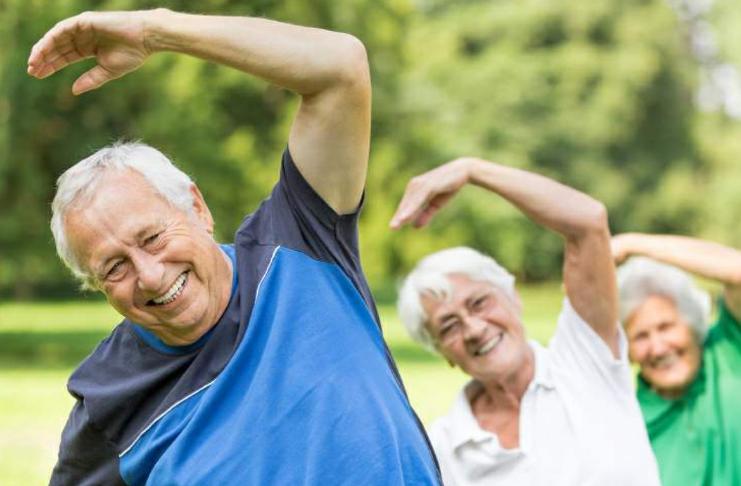 aposentados na aula de exercícios