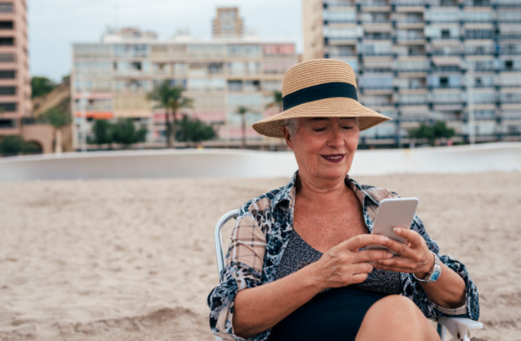 divorciada confiante na praia