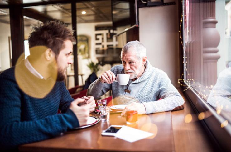Pai e filho conversando no café