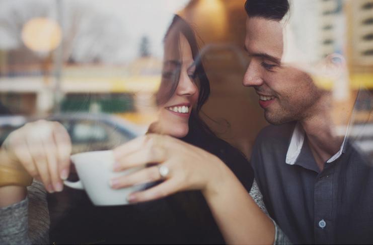 casal namorados tomando café no primeiro encontro conversando sobre dinheiro