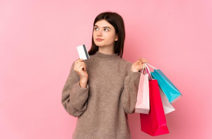 Adolescente com cartão de crédito e compras