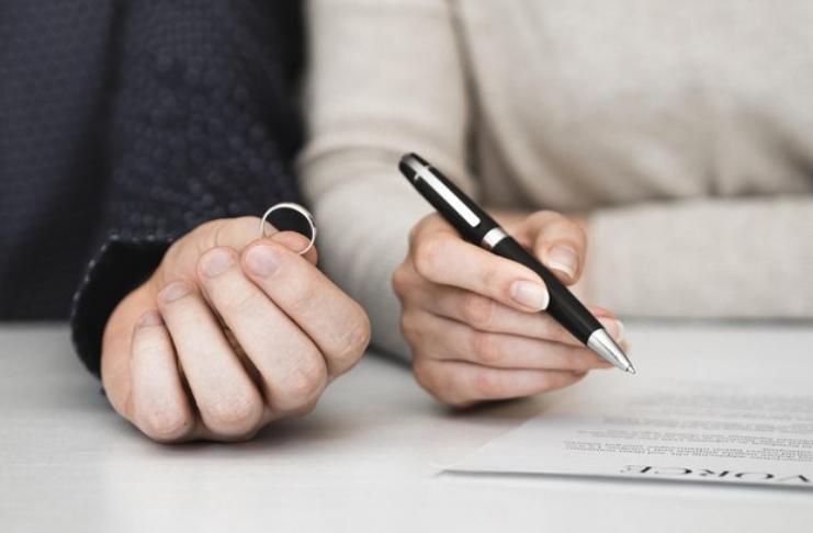 assinando papel do divorcio