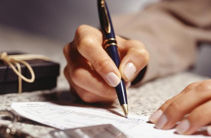 escrevendo em um papel de finanças