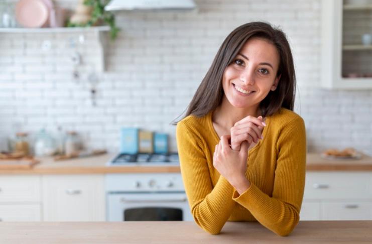 mulher na cozinha feliz com reforma