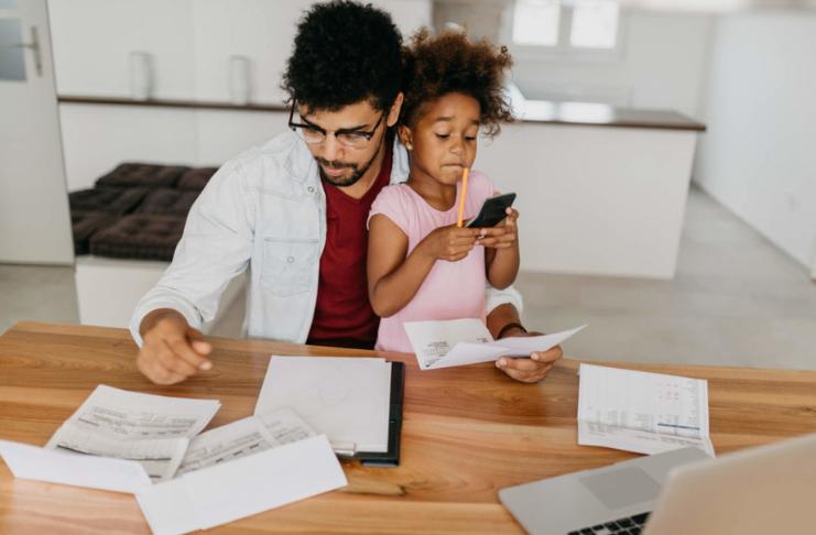 família fazendo orçamento