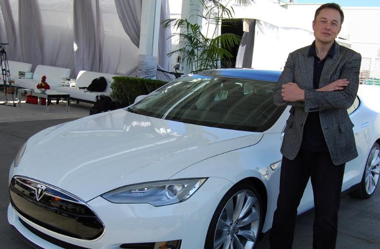 Tesla desliza no primeiro dia no S&P 500