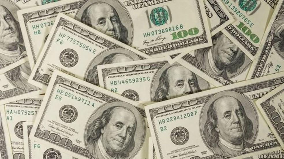 Dólar opera em queda de 2,21% e atinge o menor patamar desde julho