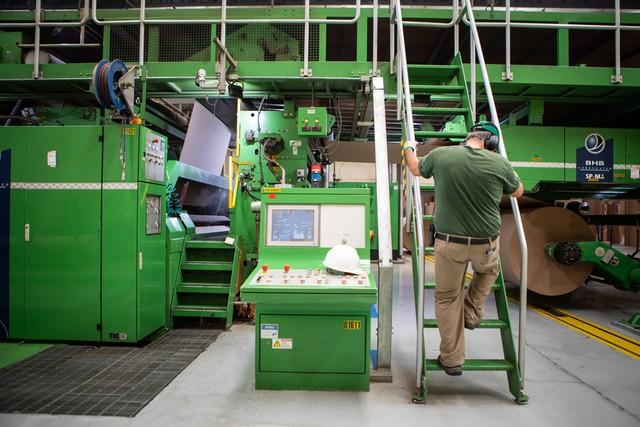 Produção industrial cresce em outubro, mas ainda acumula queda no ano